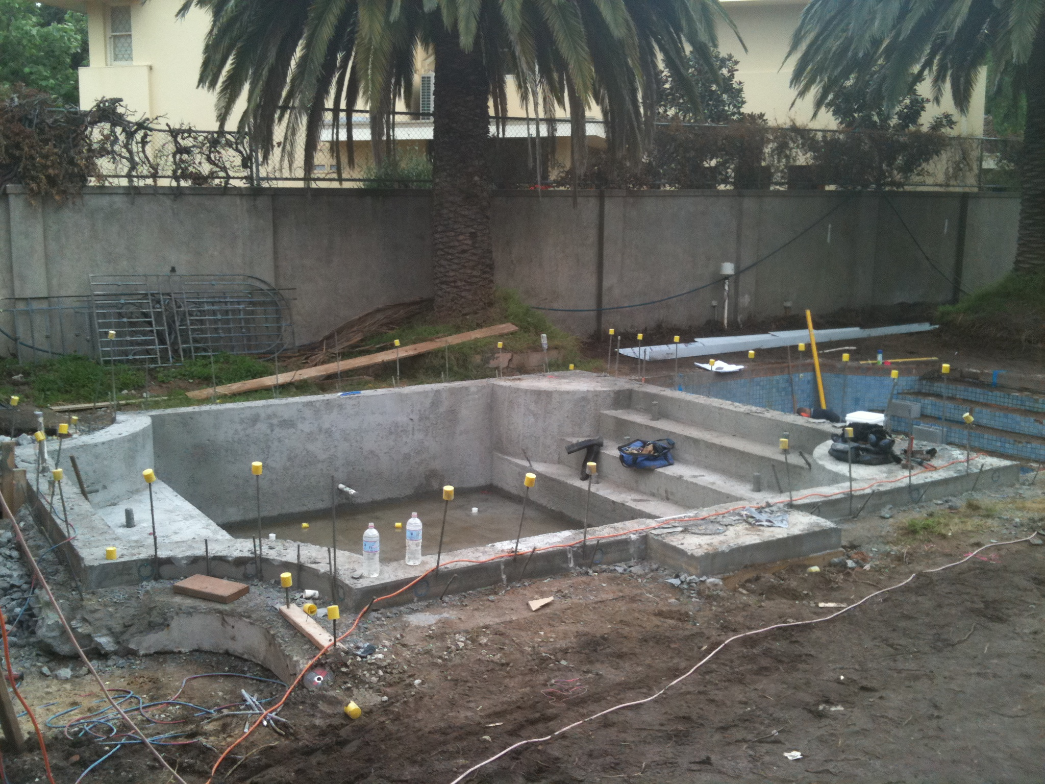 Concrete swimming pool minke pools for Concrete swimming pool construction